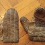 Textilní prošívané rukavice. Majitelem je Sax.