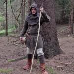 Jednoduchý oděv vhodný na dlouhé pochody terénem.